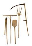 Vecchia falce del rastrello della forca della pala degli strumenti di giardino su fondo bianco Fotografie Stock