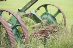 Vecchia falciatrice da giardino d'agricoltura fotografie stock