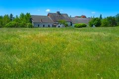 Vecchia fattoria abbandonata nel campo Fotografia Stock Libera da Diritti