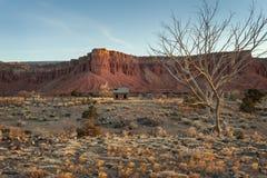Vecchia fattoria abbandonata nella regione della scogliera del Campidoglio dell'Utah Fotografia Stock