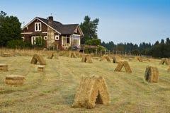 Vecchia fattoria con il giacimento del fieno fotografie stock libere da diritti