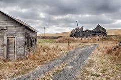 Vecchia fattoria con il granaio immagini stock libere da diritti