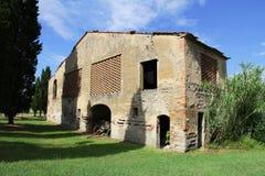 Vecchia fattoria con il trattore in Toscana in Italia Immagini Stock