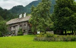 Vecchia fattoria nelle alpi del Th un giorno nuvoloso Fotografia Stock