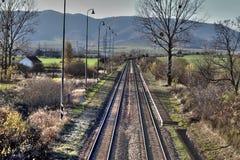 Vecchia ferrovia attraverso il villaggio Fotografia Stock