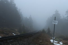 Vecchia ferrovia con un segno un giorno di inverno nebbioso Parco nazionale Harz, Germania orizzontale Fotografia Stock Libera da Diritti