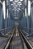 Vecchia ferrovia fuori della città Fotografia Stock