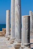 Vecchia fila romana della colonna del marbe nella fine archeologica del sito di Cesarea fotografia stock