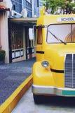 Vecchia fine brillante del retro scuolabus giallo su fotografie stock