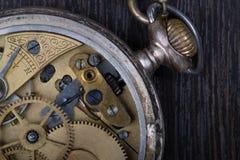 Vecchia fine del movimento a orologeria su fotografie stock libere da diritti