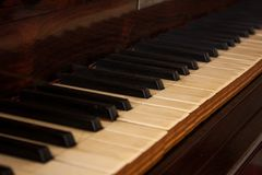 Vecchia fine del pianoforte a coda su immagini stock