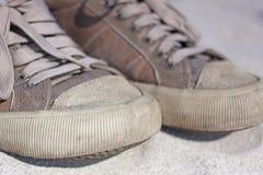 Vecchia fine delle scarpe da tennis su Fotografia Stock
