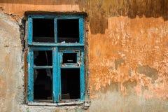 Vecchia finestra arrugginita in casa devastante Fotografie Stock Libere da Diritti
