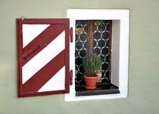 Vecchia finestra con gli otturatori Fotografie Stock Libere da Diritti