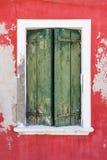 Vecchia finestra con gli otturatori chiusi L'Italia Venezia immagini stock libere da diritti