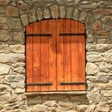 Vecchia finestra con gli otturatori di legno Immagini Stock Libere da Diritti
