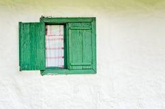 Vecchia finestra con gli otturatori di legno verdi Immagine Stock Libera da Diritti