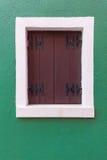 Vecchia finestra con gli otturatori marroni sulla parete verde fotografia stock libera da diritti