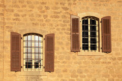Vecchia finestra con gli otturatori in parete di pietra, Giaffa, Tel Aviv, Israele Fotografie Stock