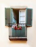 Vecchia finestra con i fiori, fine su Immagine Stock