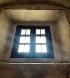 Vecchia finestra con il flusso continuo della luce immagine stock