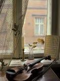 Vecchia finestra con il vecchio violino Immagine Stock
