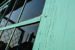 Vecchia finestra con il vetro non lavato e il cov screpolato della struttura della finestra immagine stock libera da diritti