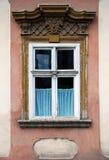 Vecchia finestra con la decorazione di pietra Fotografie Stock Libere da Diritti