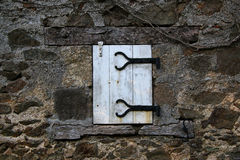 Vecchia finestra con le imposte e vecchio lavoro in pietra, Francia Fotografia Stock Libera da Diritti