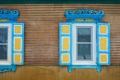 Vecchia finestra con una tenda della casa di legno Fotografie Stock Libere da Diritti