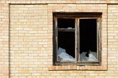 Finestra di vetro fracassata con la vecchia struttura di for Finestra vecchia