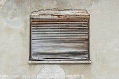 Vecchia finestra coperta di ciechi fotografia stock libera da diritti