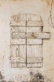 Vecchia finestra del legname nella parete scalfita fotografia stock