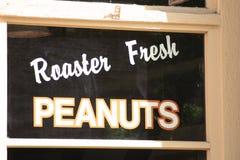 Vecchia finestra del negozio dell'arachide Fotografia Stock