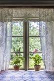 Vecchia finestra della casa dell'azienda agricola con le tende di pizzo immagini stock