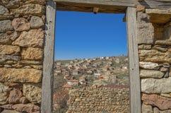 Vecchia finestra della depressione del villaggio - architettura tradizionale fotografia stock