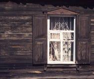 Vecchia finestra di legno con gli otturatori e le intelaiature sulla BO di legno anziana Fotografia Stock Libera da Diritti