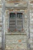 Vecchia finestra di legno con i ciechi di legno immagine stock libera da diritti