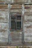 Vecchia finestra di legno con i ciechi di legno fotografia stock