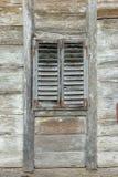 Vecchia finestra di legno con i ciechi di legno immagini stock libere da diritti