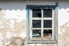 Vecchia finestra di legno con il primo piano di vetro rotto come fondo e struttura Copi il testo dello spazio Fotografia Stock Libera da Diritti