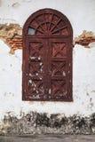 Vecchia finestra di legno dell'arco Fotografia Stock