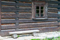 Vecchia finestra di legno della casa fotografia stock libera da diritti