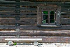 Vecchia finestra di legno della casa immagine stock libera da diritti