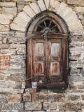 Vecchia finestra di legno in una casa della pietra fotografie stock libere da diritti