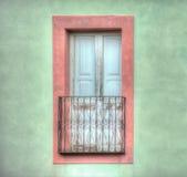 Vecchia finestra di legno in una parete verde Fotografia Stock Libera da Diritti