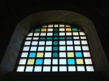 Vecchia finestra di vetro macchiato della chiesa, Lituania immagine stock libera da diritti