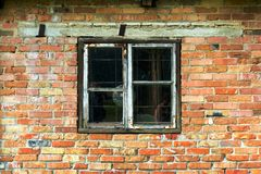 Vecchia finestra e una vecchia parete del mattone rosso e giallo fotografia stock libera da diritti