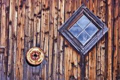 Vecchia finestra a forma di diamante del granaio ed orlo arrugginito della gomma Fotografia Stock Libera da Diritti