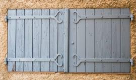 Vecchia finestra grigia tipica in Provenza Francia fotografia stock